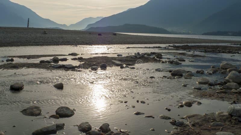 Spirale von Kiesel zu Steine, auf dem Ufer, Strand Gravedona im See Como lizenzfreie stockbilder