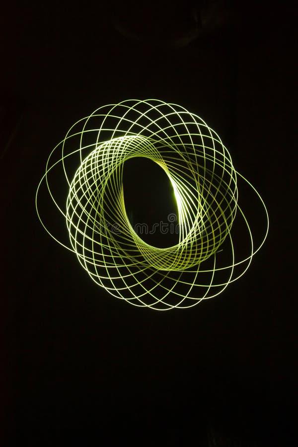 Spiralen, door een klein licht dat in dark worden getrokken stock foto's