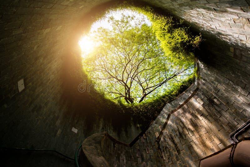 Spiraltrappuppgång av den underjordiska korsningen i tunnel på fortet Canni royaltyfria foton