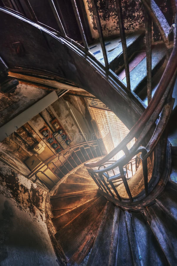 Spiraltrappuppgång i det gamla huset arkivbild