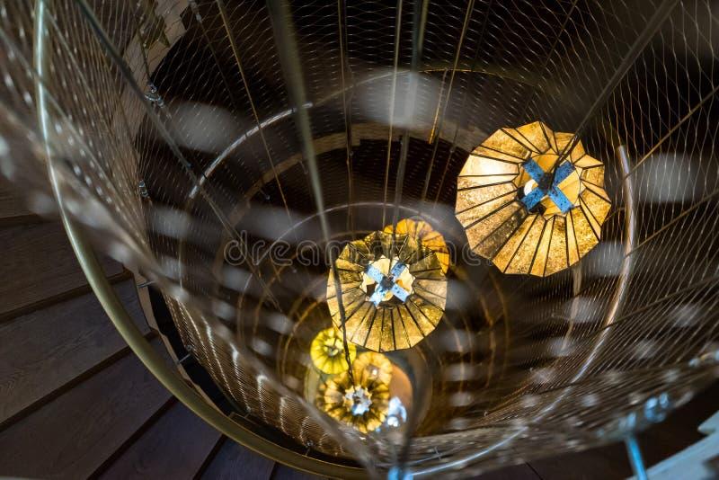 Spiraltrappuppgång med lyktalampor royaltyfri foto
