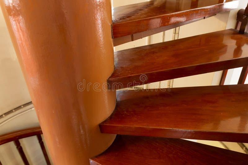 Spiraltreppe, der Weg hinauf zu den hölzernen lackierten Stufen stockbild