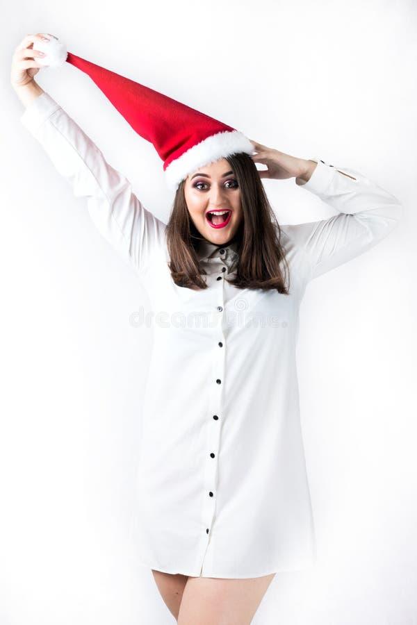 Spirito della ragazza spessa di Natale nel modello XXL, wom del cappuccio del Babbo Natale fotografia stock libera da diritti