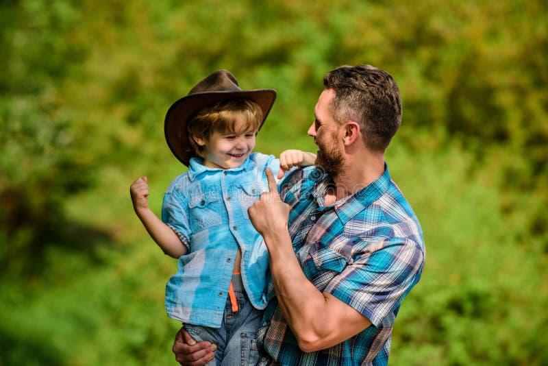 Spirito delle avventure Forte come il padre Potere che ? padre Bambino divertendosi il pap? del cowboy Famiglia rustica Crescita  fotografie stock libere da diritti