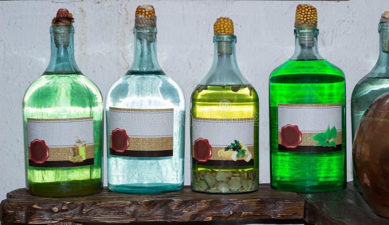 Spirito fatto domestico russo ucraino della vodka del chiaro di luna sul ki del paese fotografie stock