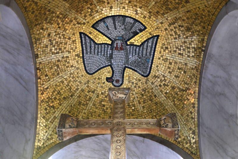 Spirito Santo trasversale e, altare principale nella chiesa di San Biagio a Zagabria immagine stock