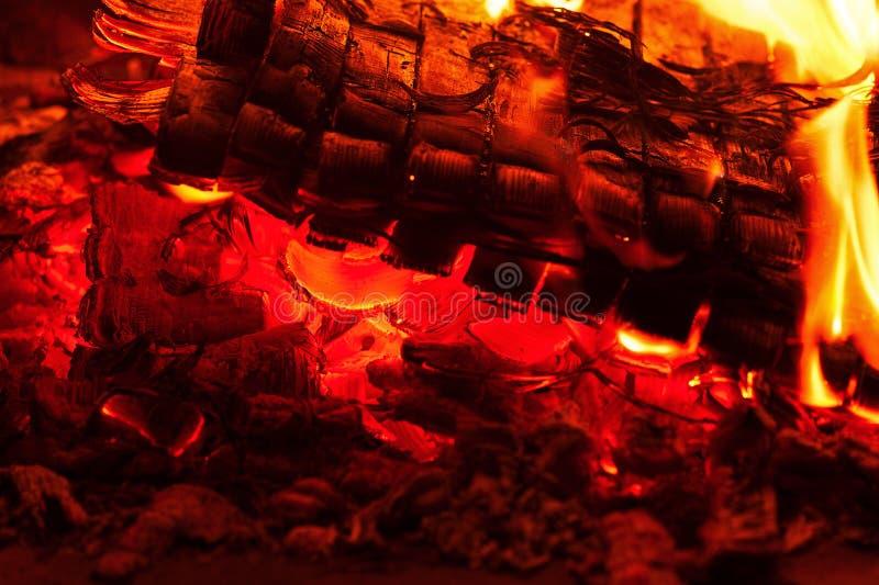 Spisbränning Varm bränning och glödande brand i spis arkivbild