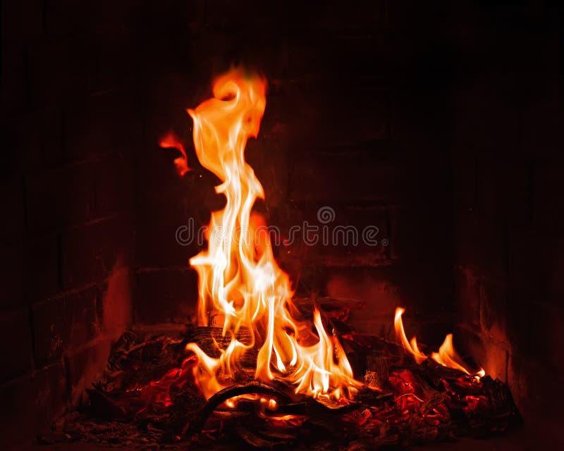 Spisbränning Varm bränning och glödande brand i spis arkivfoton