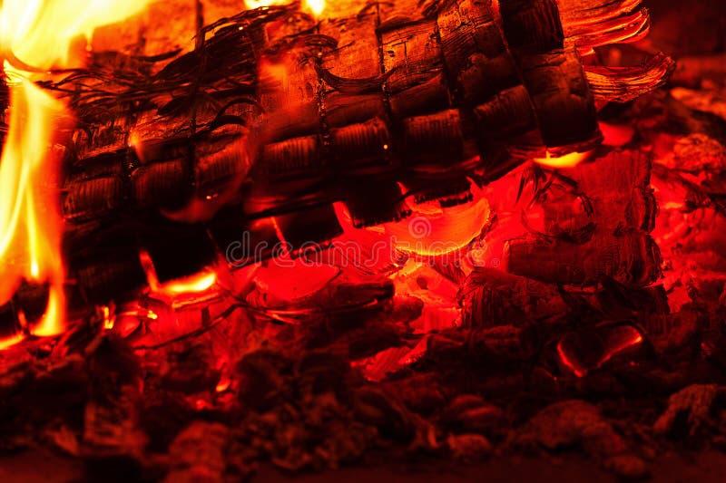 Spisbränning Varm bränning och glödande brand i spis royaltyfri fotografi