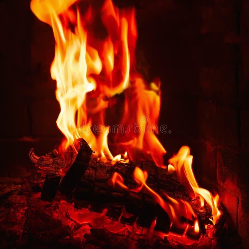 Spisbränning Varm bränning och glödande brand i spis royaltyfria bilder