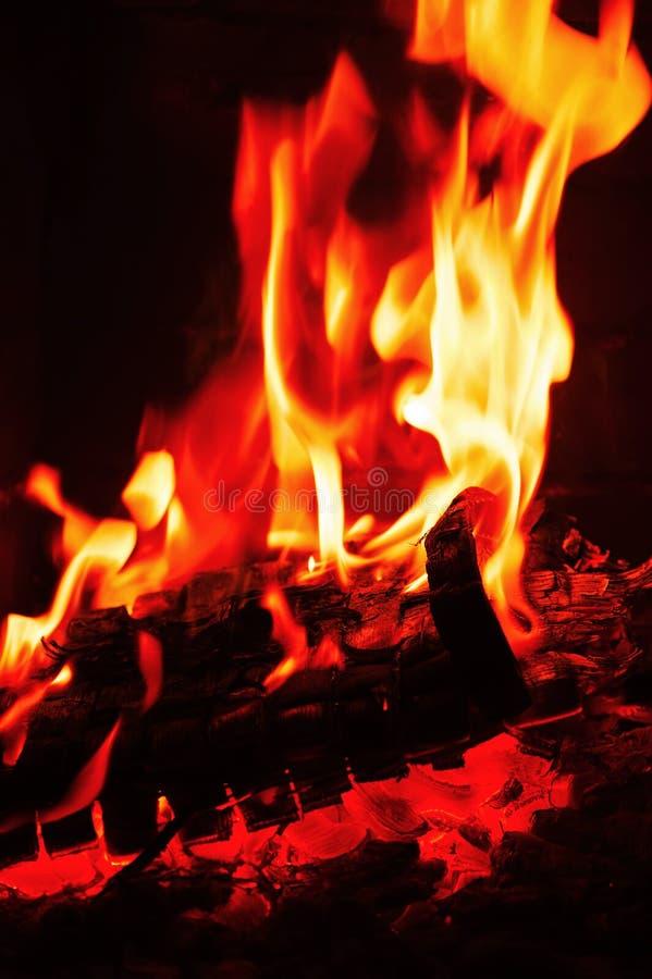 Spisbränning Varm bränning och glödande brand i spis royaltyfria foton