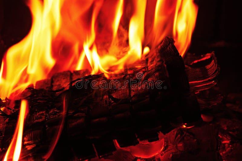 Spisbränning Varm bränning och glödande brand i spis royaltyfri foto