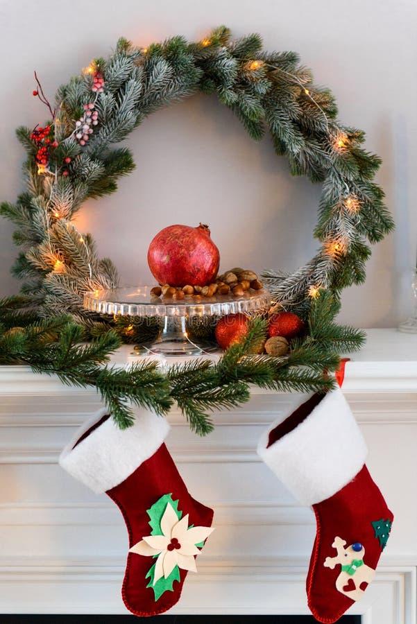 Spisen med jul sörjer kransgarneringar arkivbilder