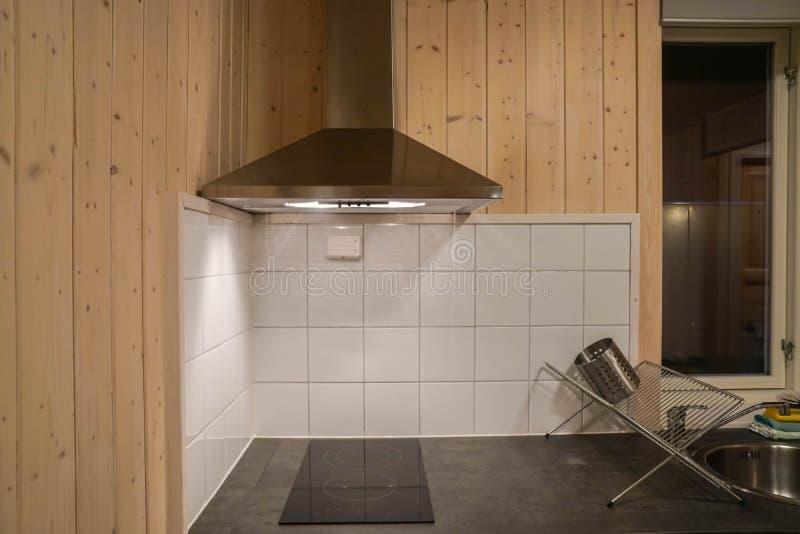 Spishuv med den elektriska ugnen i modernt kök fotografering för bildbyråer
