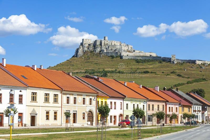 Spisske Podhradie Stadt und Spis ziehen sich Spissky-hrad, Slowakei zurück stockfotografie