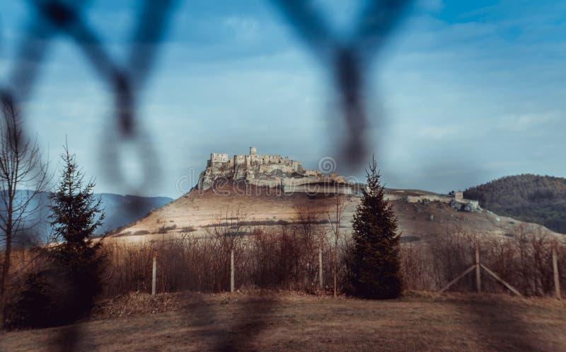 Spissky城堡废墟的看法通过篱芭在斯洛伐克 免版税库存照片