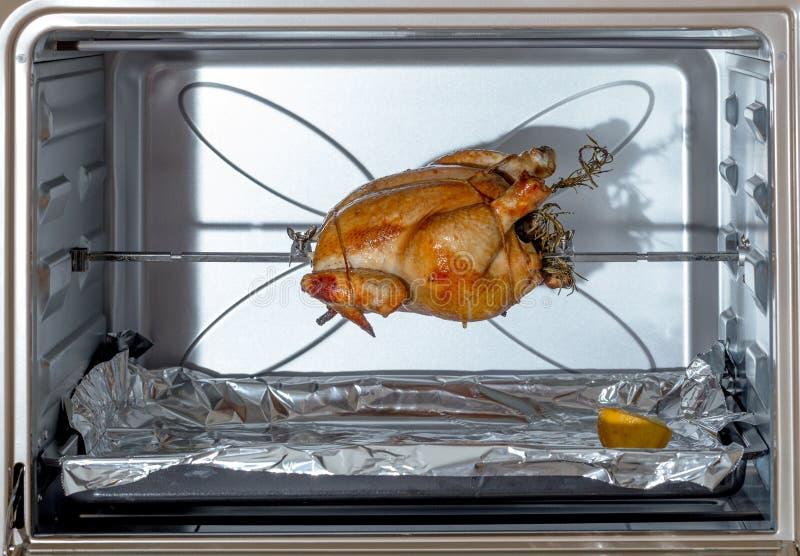 Spit-roosterende kip stock afbeelding