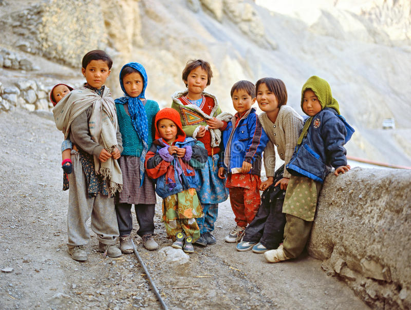 SPITI谷,北部印度- OKTOBER 2005年:小组孩子 免版税库存照片