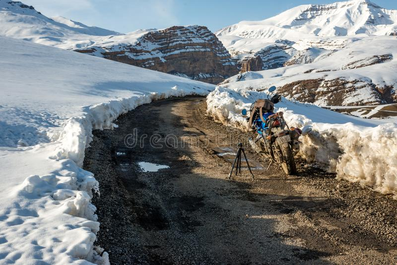 Spiti, Himachal Pradesh, Ινδία - 26 Μαρτίου 2019: Ποδηλάτης στον ανοικτό δρόμο το χειμώνα στα Ιμαλάια της Ινδίας στοκ εικόνα