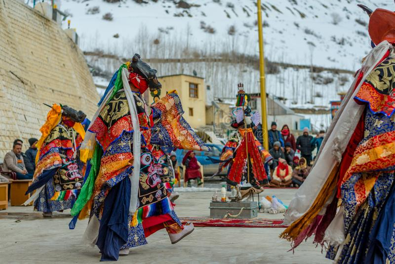 Spiti, Himachal Pradesh, la India - 24 de marzo de 2019: Lamas budistas tibetanos vestidos en el misterio m?stico de Tsam de la d fotografía de archivo libre de regalías