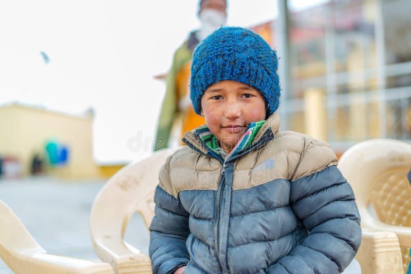 Spiti, Himachal Pradesh, la India - 24 de marzo de 2019: Ni?o tibetano en Himalaya fotos de archivo