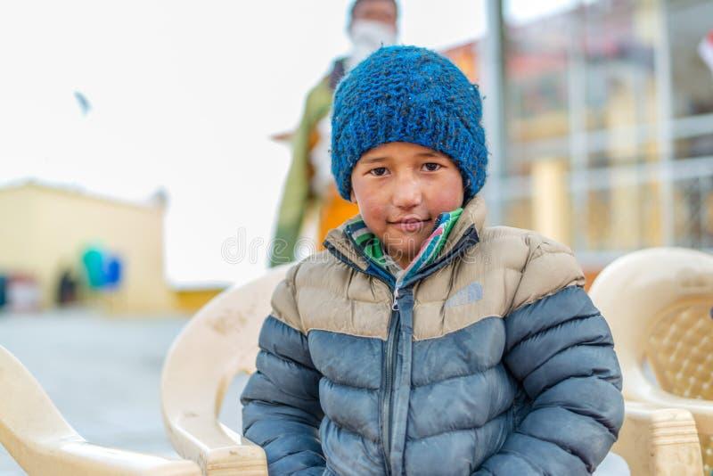 Spiti, Himachal Pradesh, la India - 24 de marzo de 2019: Ni?o tibetano en Himalaya imagen de archivo libre de regalías