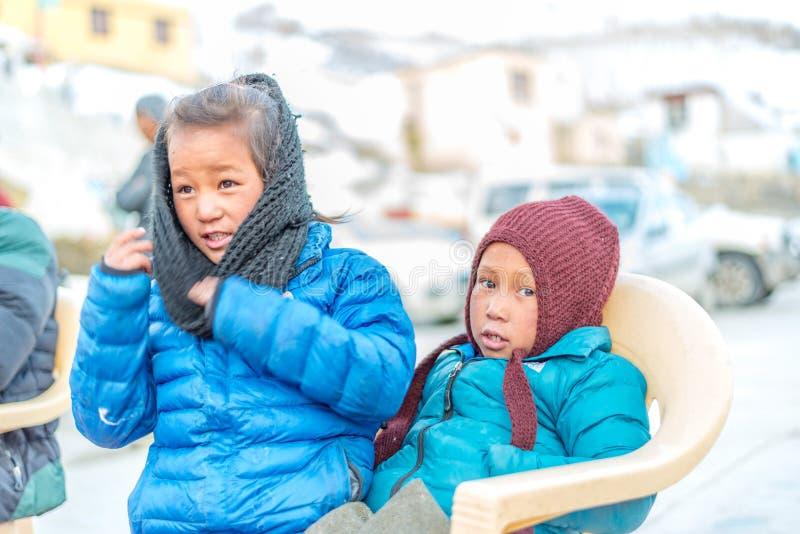 Spiti, Himachal Pradesh, la India - 24 de marzo de 2019: Ni?o tibetano en Himalaya fotografía de archivo