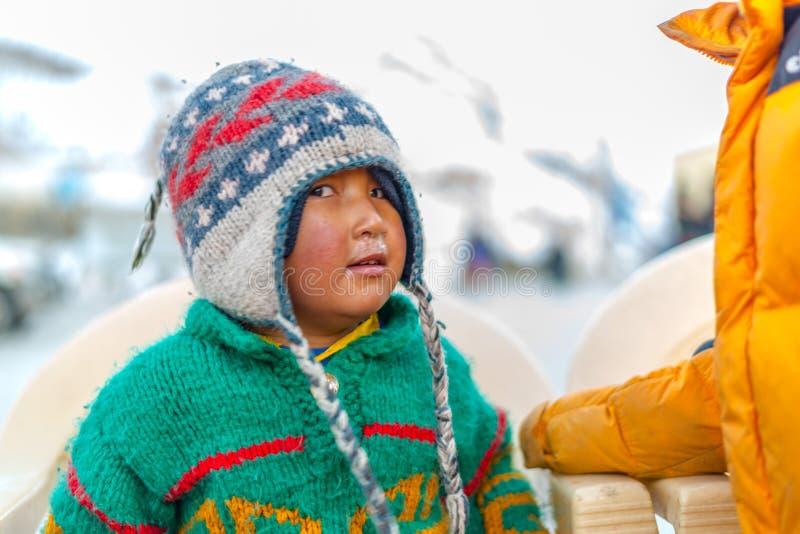 Spiti, Himachal Pradesh, la India - 24 de marzo de 2019: Ni?o tibetano en Himalaya foto de archivo libre de regalías