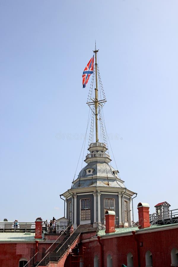 Spits met de vlag in Peter en Paul Fortress in St. Peters royalty-vrije stock afbeeldingen