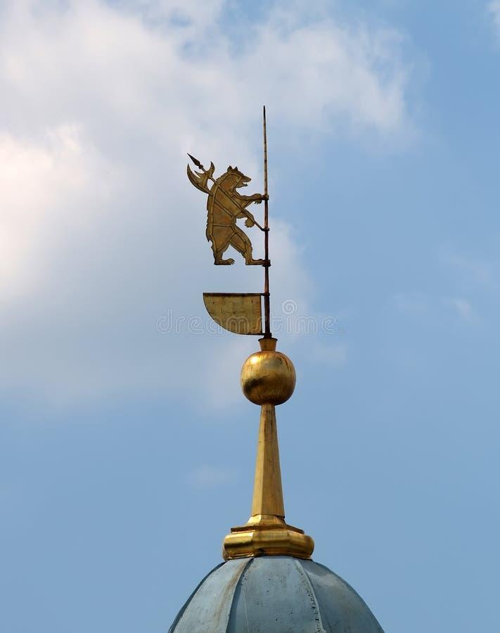 Spits met een beer - het wapenschild van Yaroslavl tegen de achtergrond van de blauwe hemel royalty-vrije stock fotografie