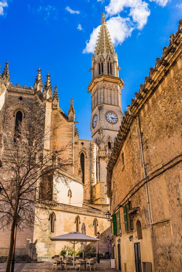 Spits van kerk in Manacor stad op Majorca-eiland, Spanje stock afbeeldingen