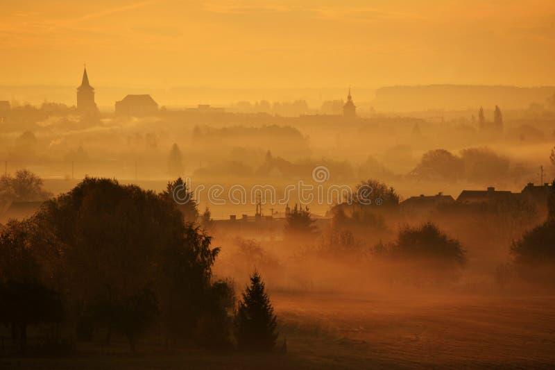 Spitsen in de mist royalty-vrije stock fotografie