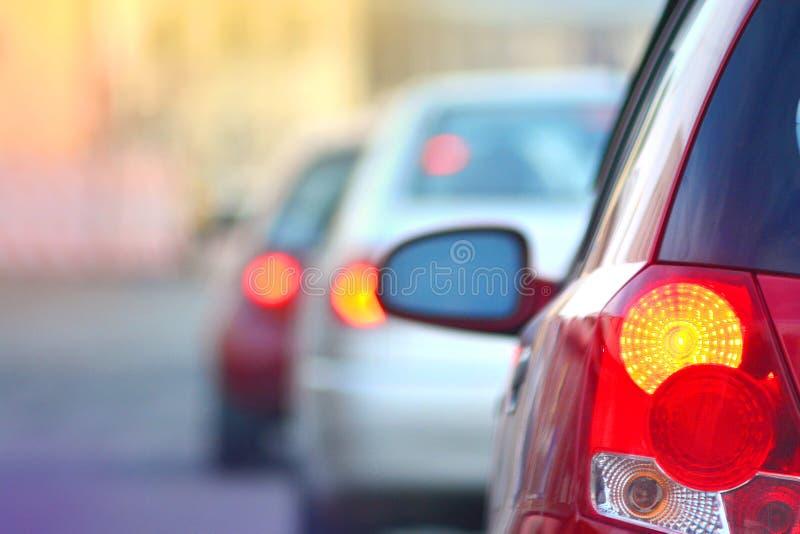 Spitsuur Automobiele stoplichten Opstopping op een wegstraat stock afbeelding