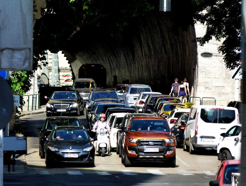 spitsuur in de bezige kruising van Boedapest met auto's, voetganger en autoped stock afbeeldingen