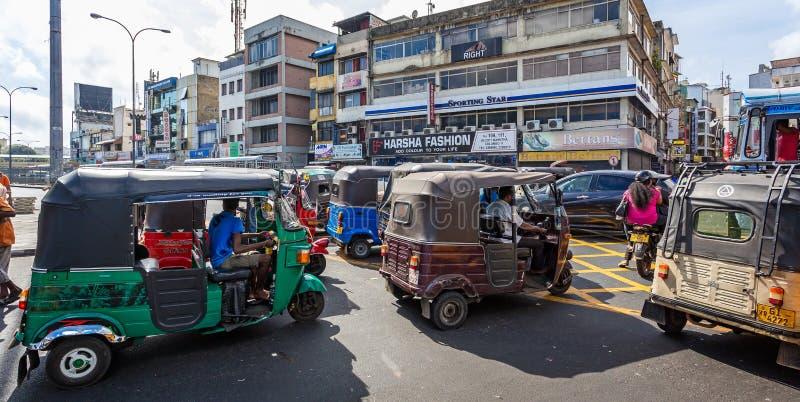 Spitsuur tuk tuks op bezige verstopte weg in Colombo, Sri Lanka royalty-vrije stock afbeeldingen