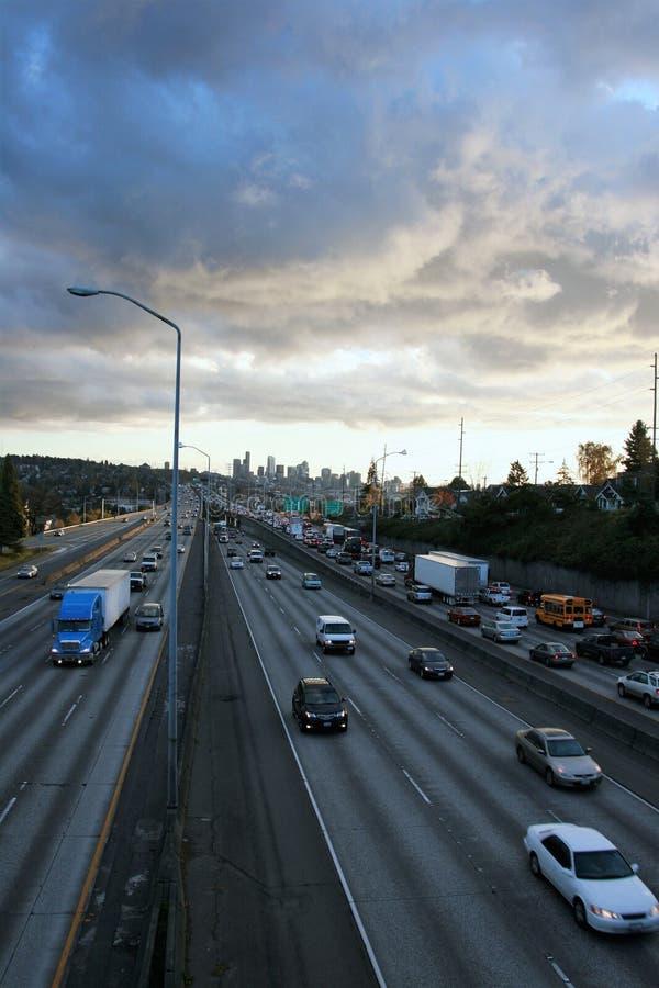 Spitsuurverkeer op de horizon van snelwegseattle royalty-vrije stock afbeelding