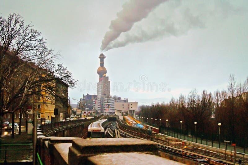 Spittelau расточительствует испепеление и завод топления района Hundertwasse в вечере стоковое изображение