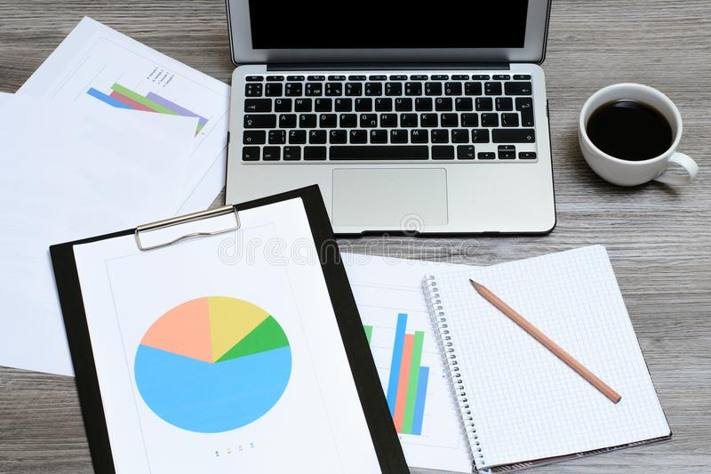 Spitze über Unkostenabschluß herauf vuew Foto des Geschäftsbriefpapierzubehörs besetzen Arbeitsplatz-Arbeitsplatz-Arbeitsplatzkon stockfoto