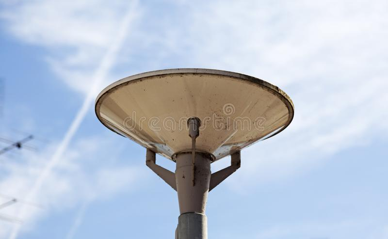 Spitze der Straßenbeleuchtung im Abschluss oben stockfotos