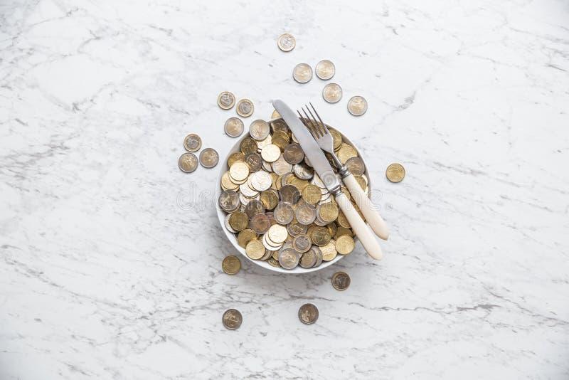 Spitze der vollen Platte der Ansicht der Euromünzen auf Marmortabelle stockfoto