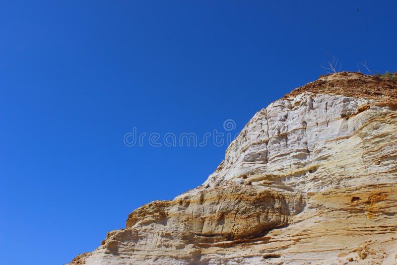 Spitze des Berges über blauer Himmel-Hintergrund Eine schöne Gebirgsszene lizenzfreies stockbild