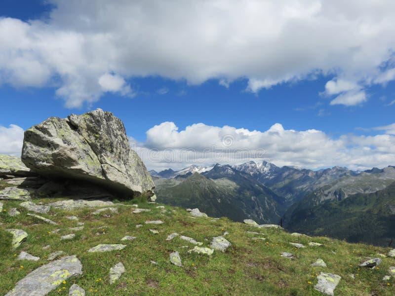 Download Spitze des Berges stockfoto. Bild von strand, wolken - 96932600