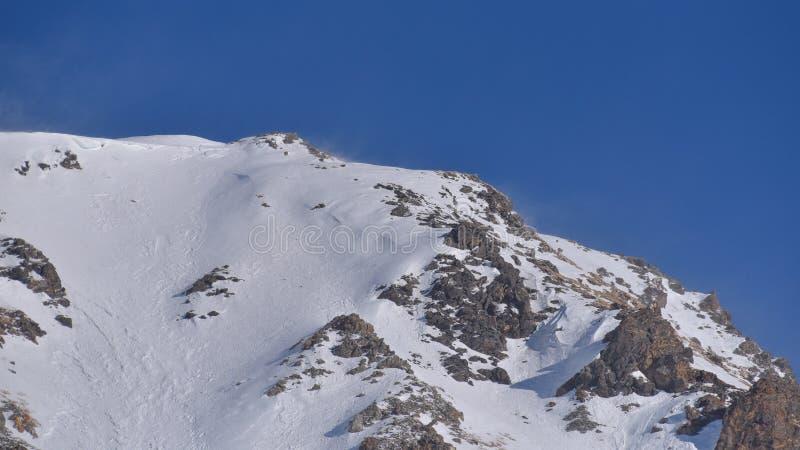 Spitze des Berges, sehr nah, mit Schnee und Felsen lizenzfreie stockfotos