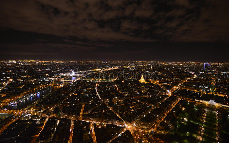 Spitze des Eiffelturms in der Nacht lizenzfreies stockbild
