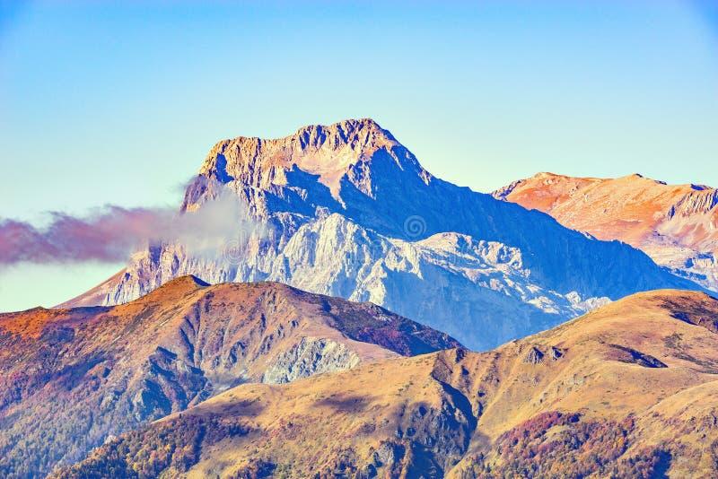 Spitze des Fisht-Berges über den Wolken stockbilder