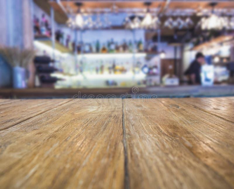 Spitze des Holztischs mit unscharfem Stangen-Innenraum-Hintergrund stockbilder