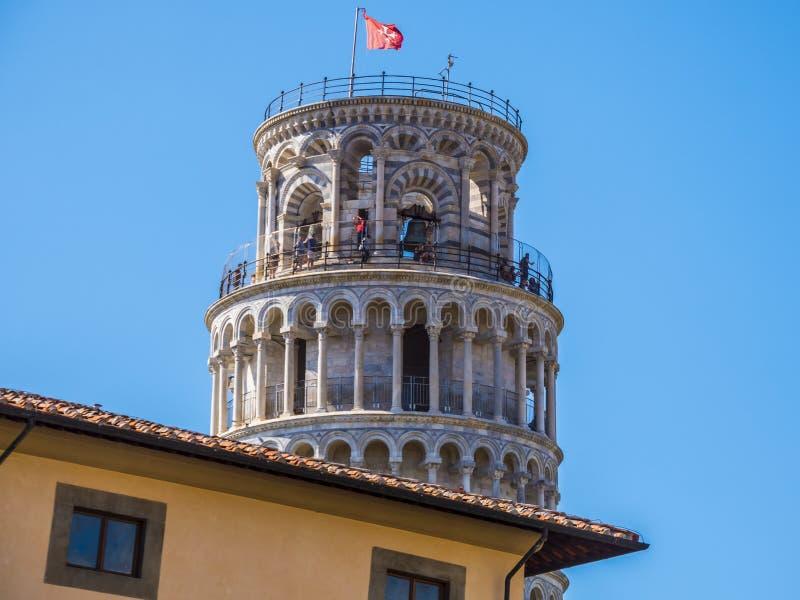 Spitze des lehnenden Turms in Pisa hinter einem Gebäude - PISA ITALIEN - 13. September 2017 lizenzfreies stockfoto