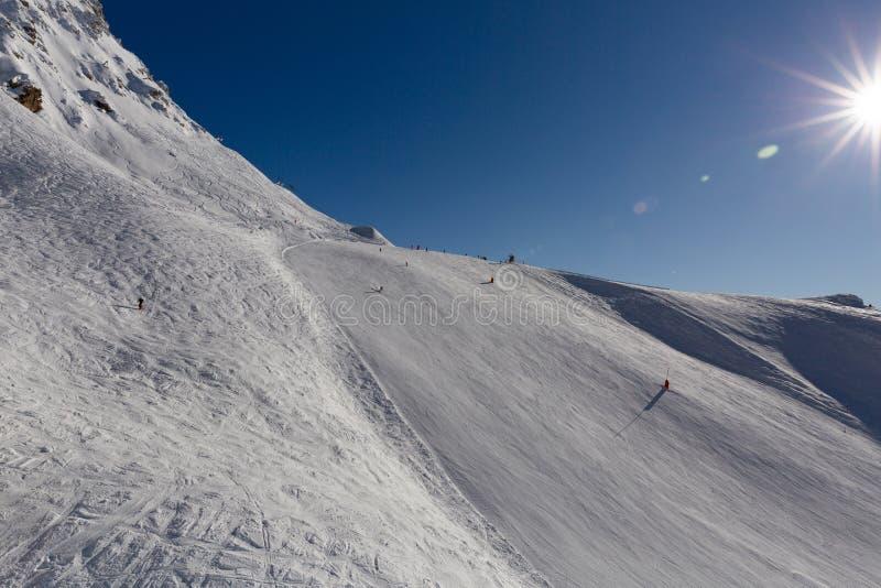 Spitze des schneebedeckten Hügels im Skiort Gebirgsskisteigung an einem sonnigen Tag Dragobrat, Ukraine lizenzfreie stockbilder