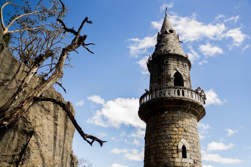 Spitze des Turms nahe Hügel lizenzfreie stockbilder
