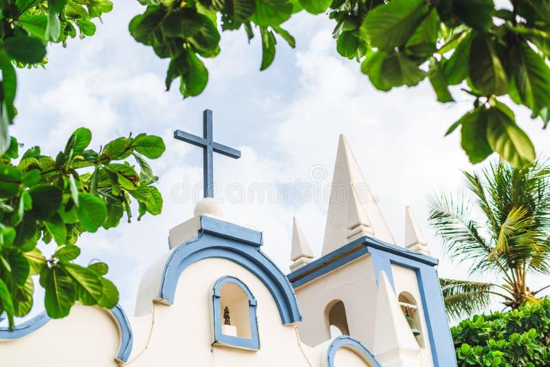 Spitze einer kleinen hellen katholischen Kirche in Brasilien lizenzfreies stockfoto